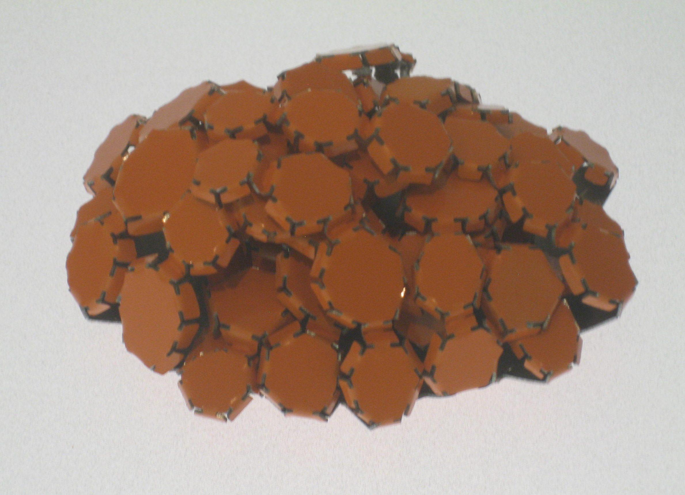 Mirjam Hiller, Ovalhaufen Orange, broche, 2009. Collectie Grassimuseum. Foto Esther Doornbusch, mei 2018, CC BY 4.0