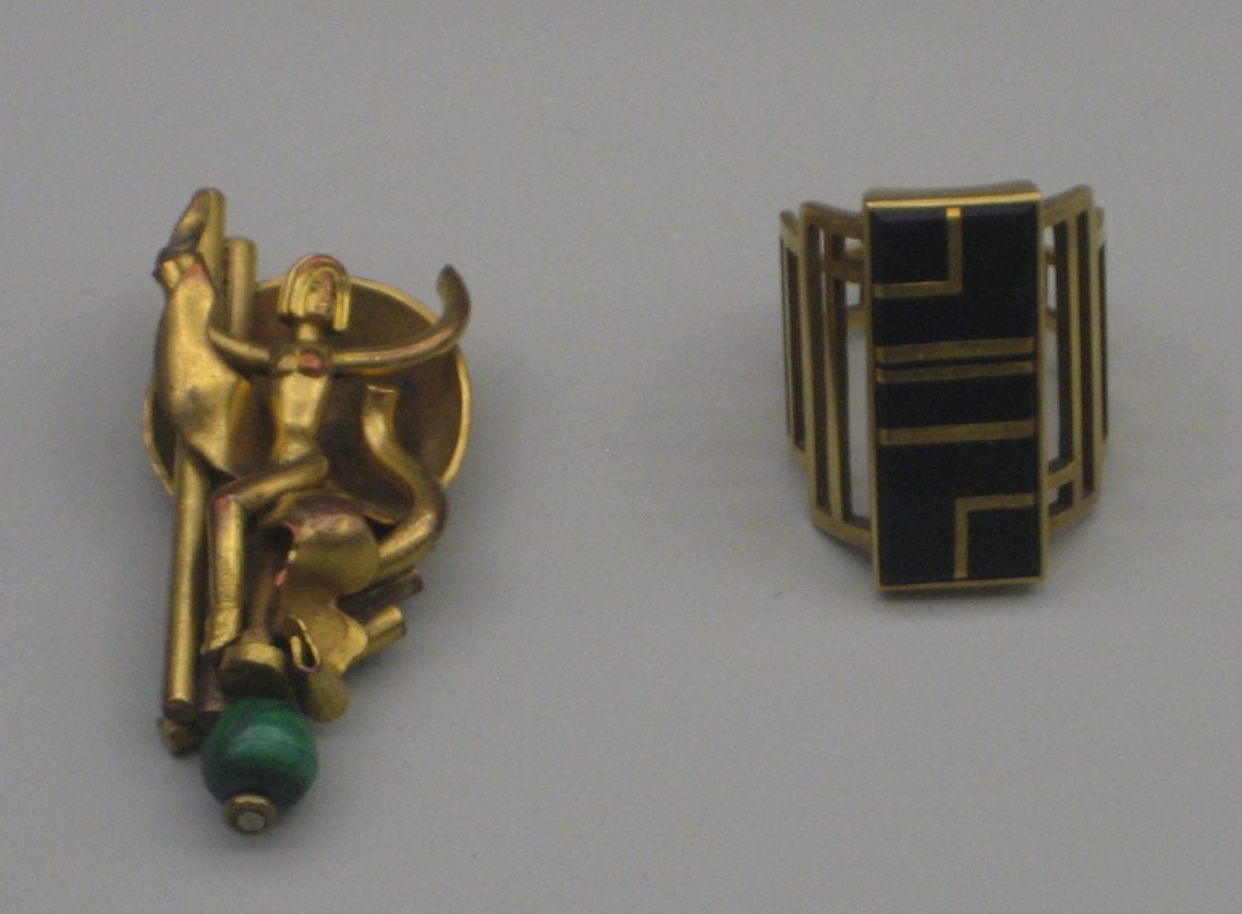 Herbert Zeitner, broche, 1922 en Gerhard Duve, ring, 1926-1927. Collectie Grassimuseum. Foto Esther Doornbusch, CC BY 4.0