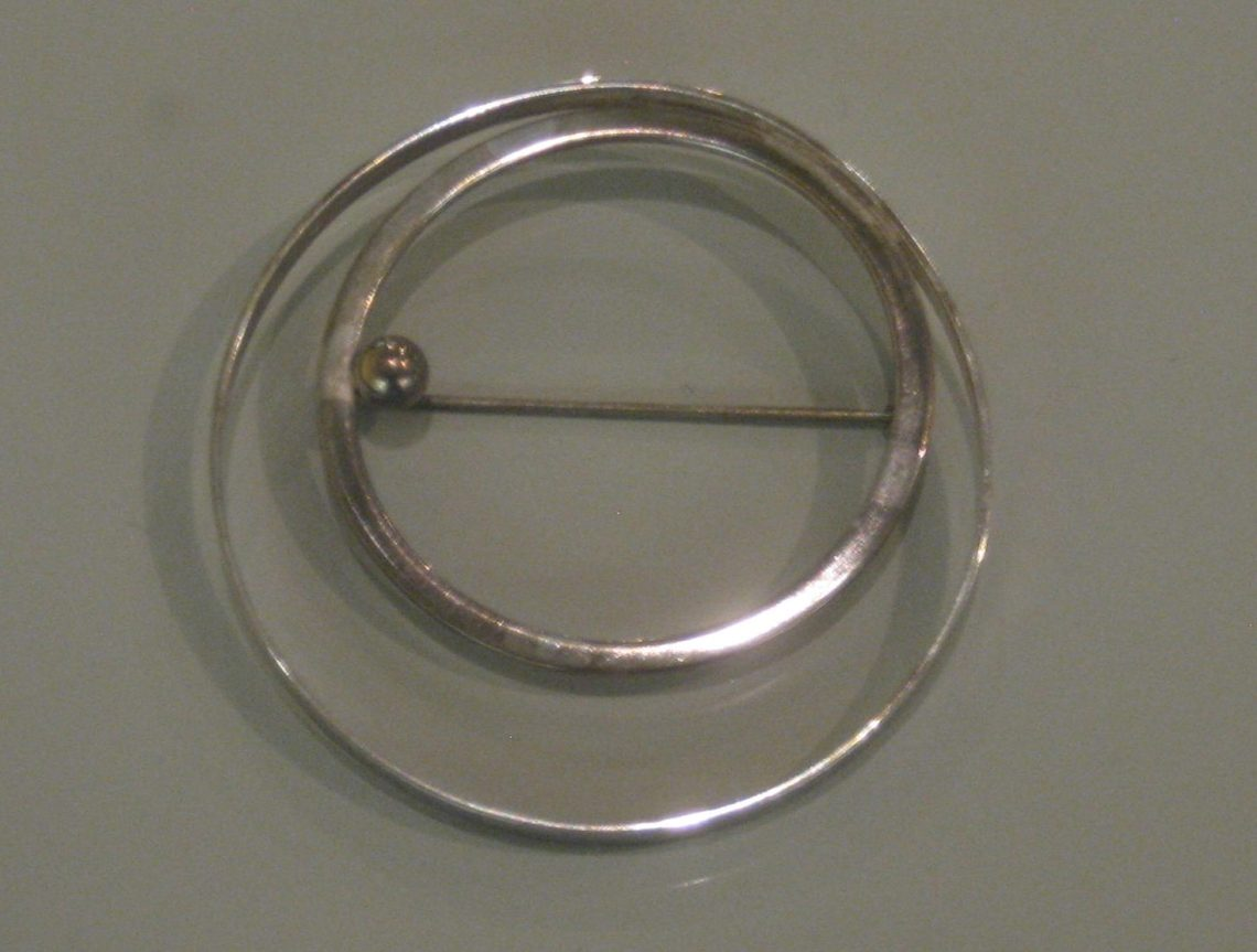 Ima Schütze, broche, 1934. Collectie Grassimuseum. Foto Esther Doornbusch, CC BY 4.0