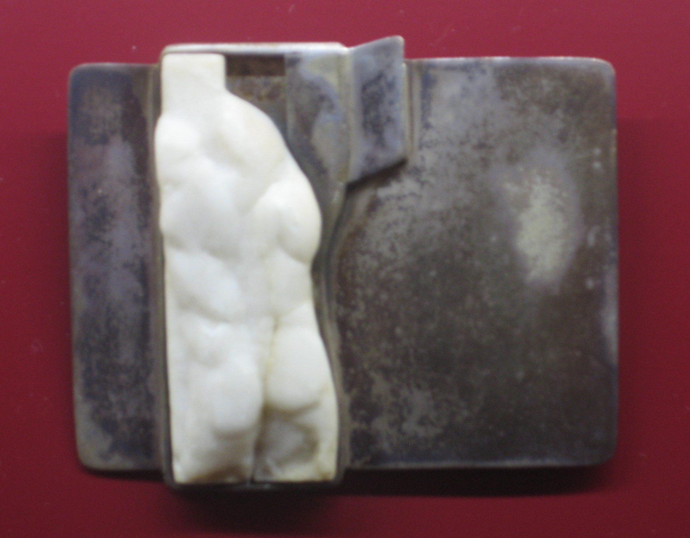 Gabriele Putz, Aufstehen, broche, 1983. Collectie Angermuseum, S 6-92 c. Foto Esther Doornbusch, mei 2018, CC BY 4.0