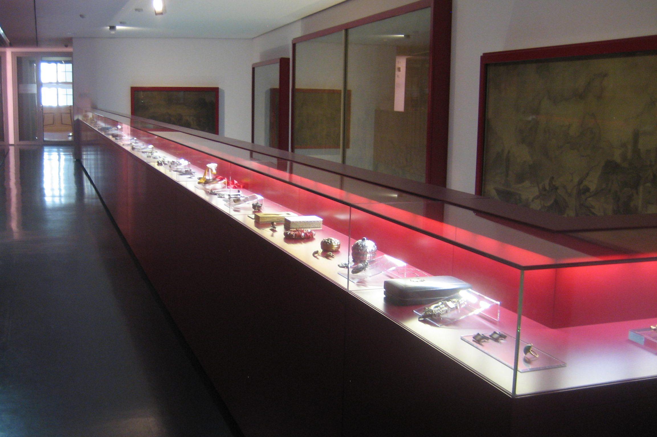Angermuseum, opstelling sieraden. Foto Esther Doornbusch, mei 2018, CC BY 4.0