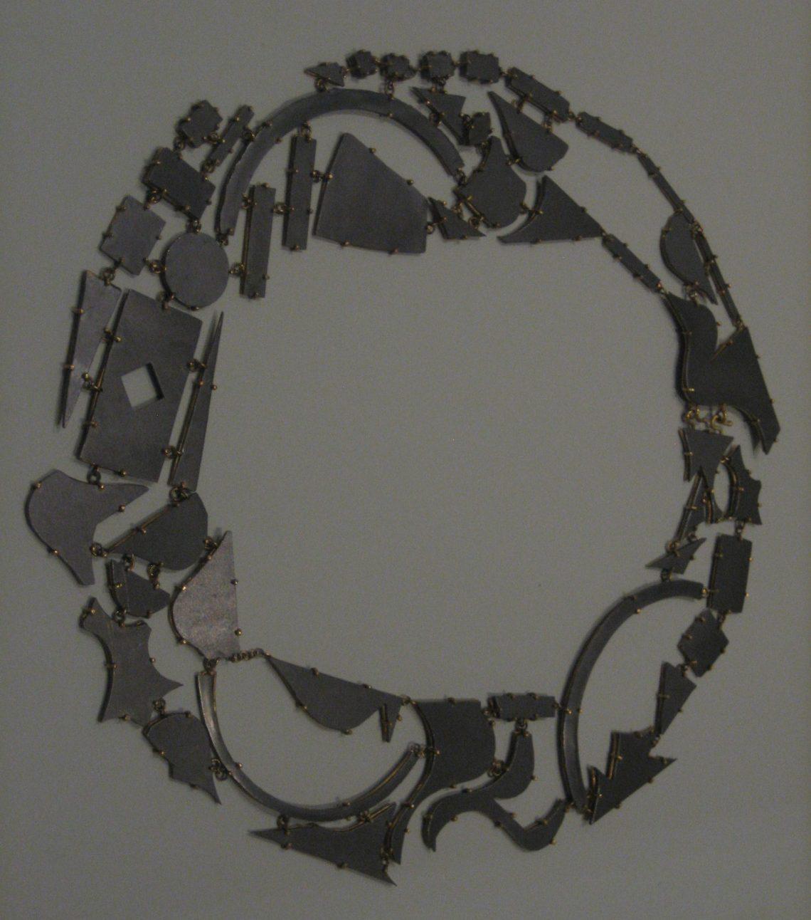 Philip Sajet, Remnanten, halssieraad. Rijksmuseum, Tweede leven, 2017. Collectie Rijksmuseum, BK-2010-2-125-1. Foto Esther Doornbusch, CC BY 4.0