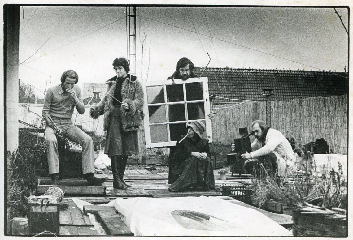 BOE-groep op daktuin Oudezijds Achterburgwal; Boekhoudt, Van den Bosch, Niehorster, Herbst en Berend Peter, circa 1974. Foto met dank aan Stichting Françoise van den Bosch©