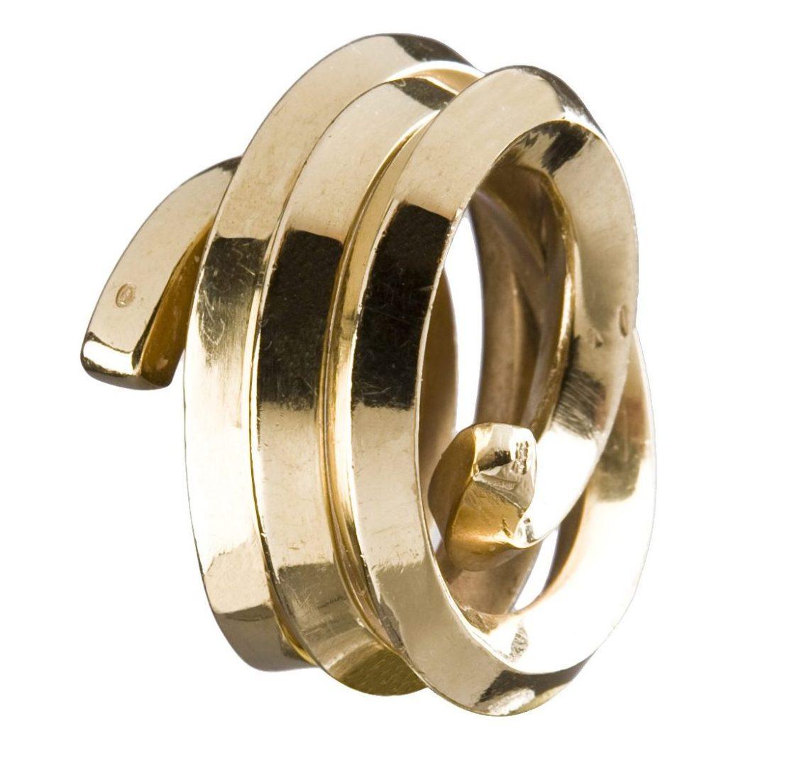 Bernar Venet, Ligne indéterminée, ring, 2010. Collectie Diane Venet. Foto met dank aan Musée des Arts Décoratifs Parijs©