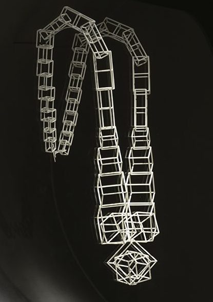 Miguel Chevalier, Mini-cubes, halssieraad, 2014. De Calder à Koons, 2018. Foto met dank aan Musée des Arts Décoratifs Parijs, Luc Boegly©