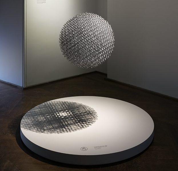 François Morellet. De Calder à Koons, 2018. Foto met dank aan Musée des Arts Décoratifs Parijs, Luc Boegly©