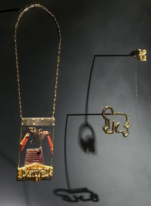Keith Haring, broche. De Calder à Koons, 2018. Foto met dank aan Musée des Arts Décoratifs Parijs, Luc Boegly©