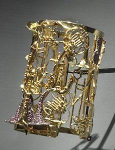 Arman, Instruments, armband, 2004. Collectie Corice Arman. De Calder à Koons, 2018. Foto met dank aan Musée des Arts Décoratifs Parijs, Luc Boegly©