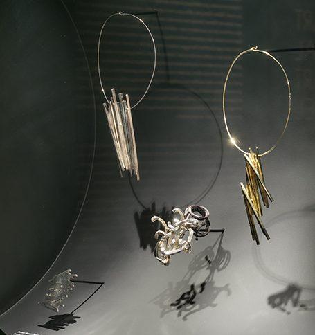 Bernar Venet. De Calder à Koons, 2018. Foto met dank aan Musée des Arts Décoratifs Parijs, Luc Boegly©