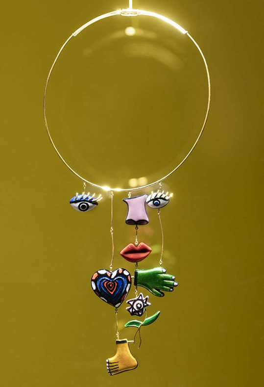 Niki de Saint Phalle en Giancarlo Montebello, Visage, halssieraad, 1974. Collectie Marina Karella. De Calder à Koons, 2018. Foto met dank aan Musée des Arts Décoratifs Parijs, Luc Boegly©