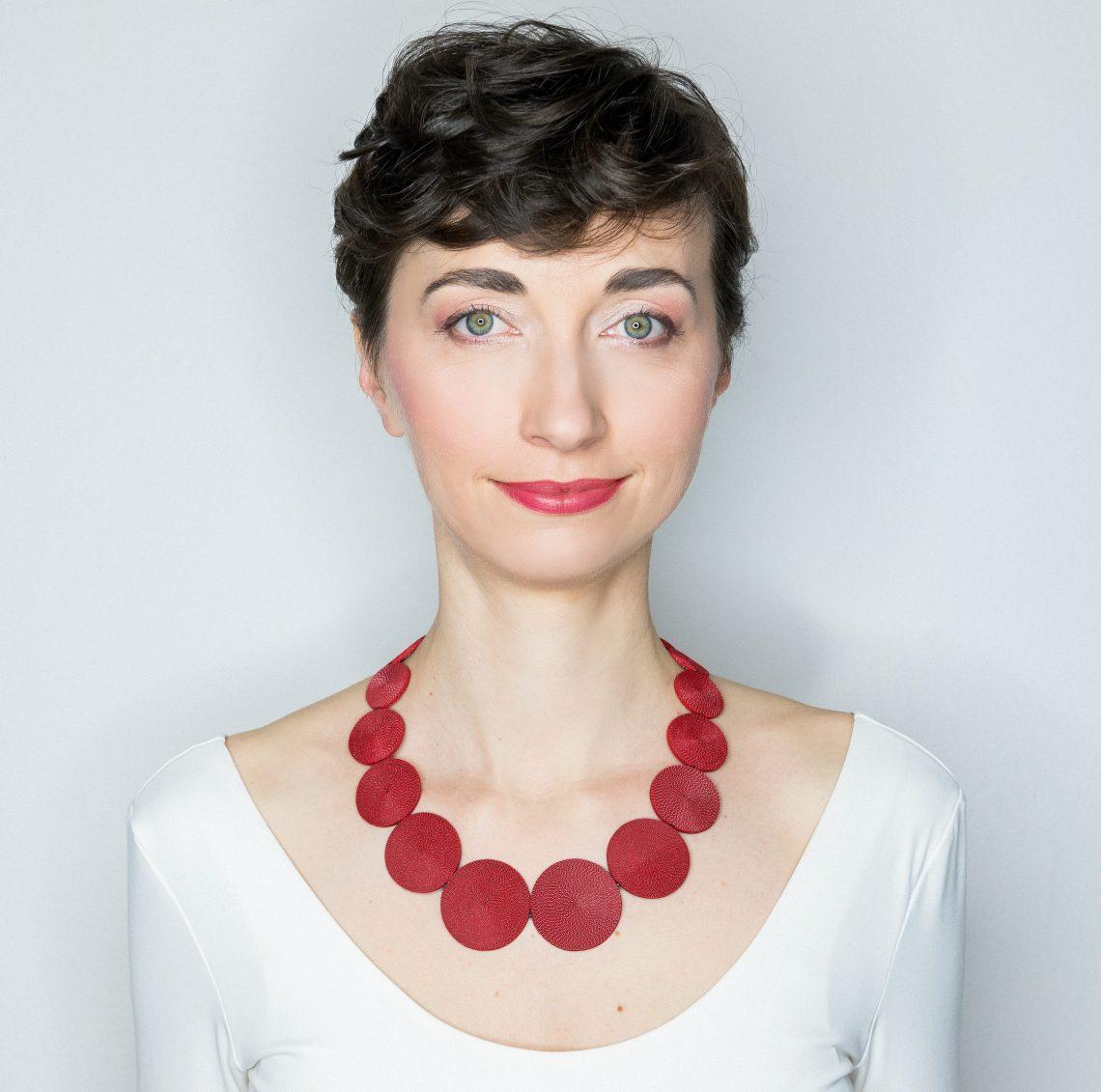 Anke Hennig, Sequence Red, halssieraad. Foto met dank aan Anke Hennig©