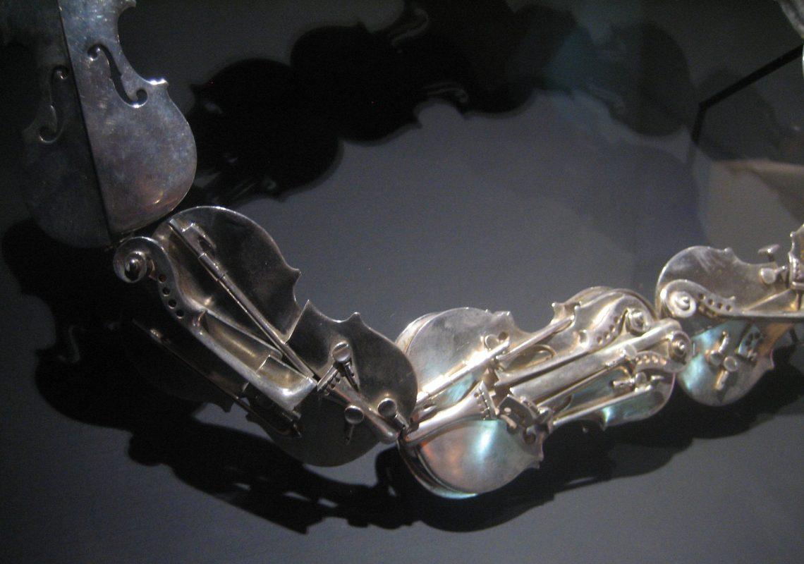 Arman, Ceinture aux violons, 1987. Collectie Ingrid Jochheim. Foto Esther Doornbusch, juni 2018©
