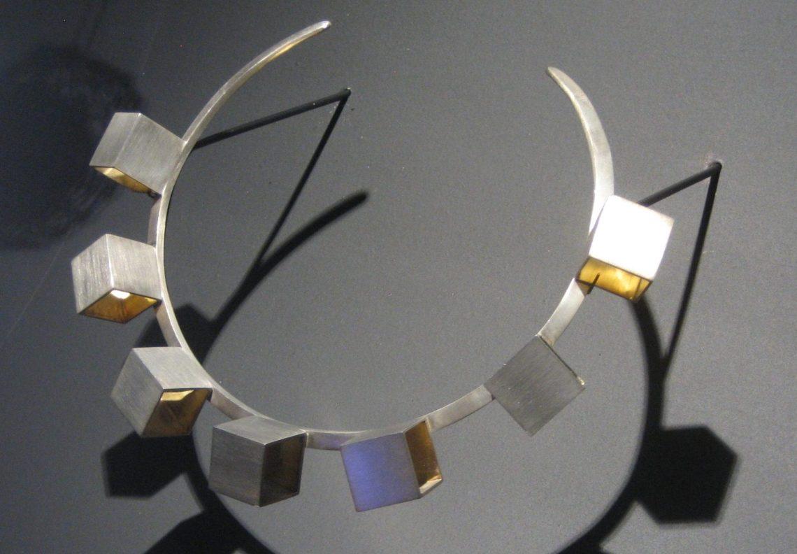 Luis Tomasello, Reflexion, halssieraad, 2010. Collectie Diane Venet. Foto Esther Doornbusch, juni 2018©