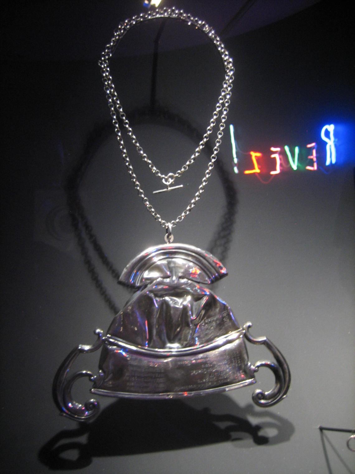 Cornelia Parker, Fallen Trophy (Medium), halssieraad, 2011. Collectie Diane Venet. Foto Esther Doornbusch, juni 2018©