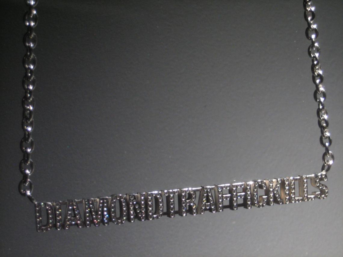 Santiago Sierra, Diamond Traffic Kills, halssieraad, 2006. Collectie Diane Venet. Foto Esther Doornbusch, juni 2018©
