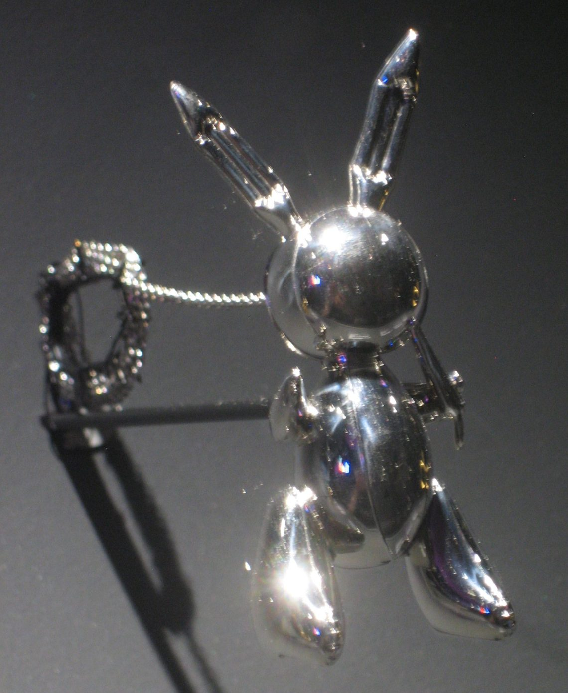 Jeff Koons, Rabbit Necklace, halssieraad, 2005-2009, 11/50. Collectie Diane Venet. Foto Esther Doornbusch, juni 2018, CC BY 4.0