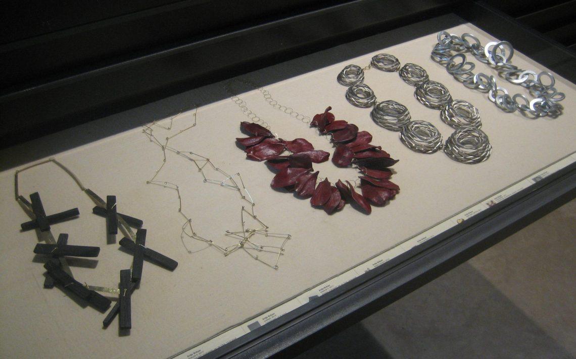 Antje Bräuer, halssieraden, Galerie Marzee. Foto Esther Doornbusch, juli 2018©