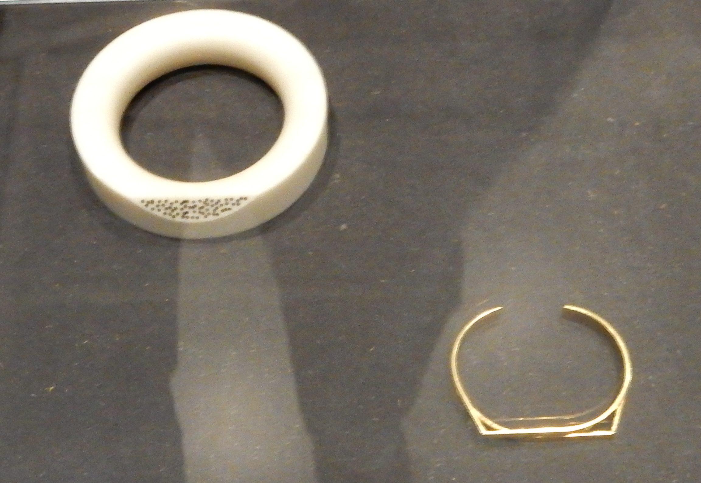 Hans Appenzeller, Corianarmband, 1981, Vlakjeasarmband, 1967. Show yourself, Design Museum Den Bosch, 2018, Collectie Yvònne Joris. Collectie DMDB, S2018.159 en 046. Foto Esther Doornbusch, 28 augustus 2018, CC BY 4.0