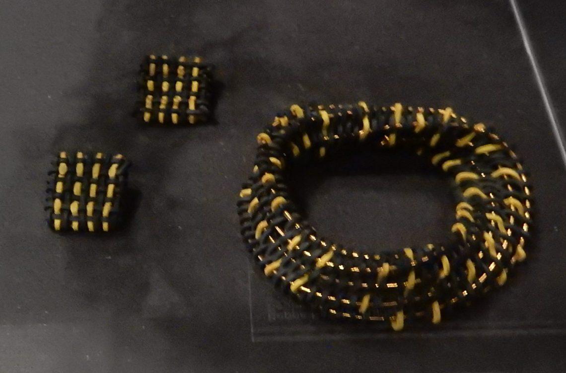 Beppe Kessler, oorsieraden en armband, 1985. Show yourself, Design Museum Den Bosch, 2018, Collectie Yvònne Joris. Collectie DMDB, S2018.326. Foto Esther Doornbusch, 28 augustus 2018, CC BY 4.0