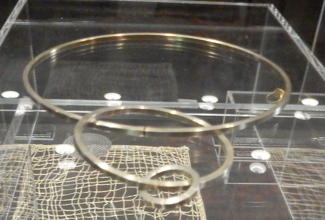 Marcel Wanders, Trinity, halssieraad, armband en ring, 1999. Chp...?. Show yourself, Design Museum Den Bosch, 2018, Collectie Yvònne Joris. Collectie DMDB, S2018.025. Foto Esther Doornbusch, 28 augustus 2018, CC BY 4.0