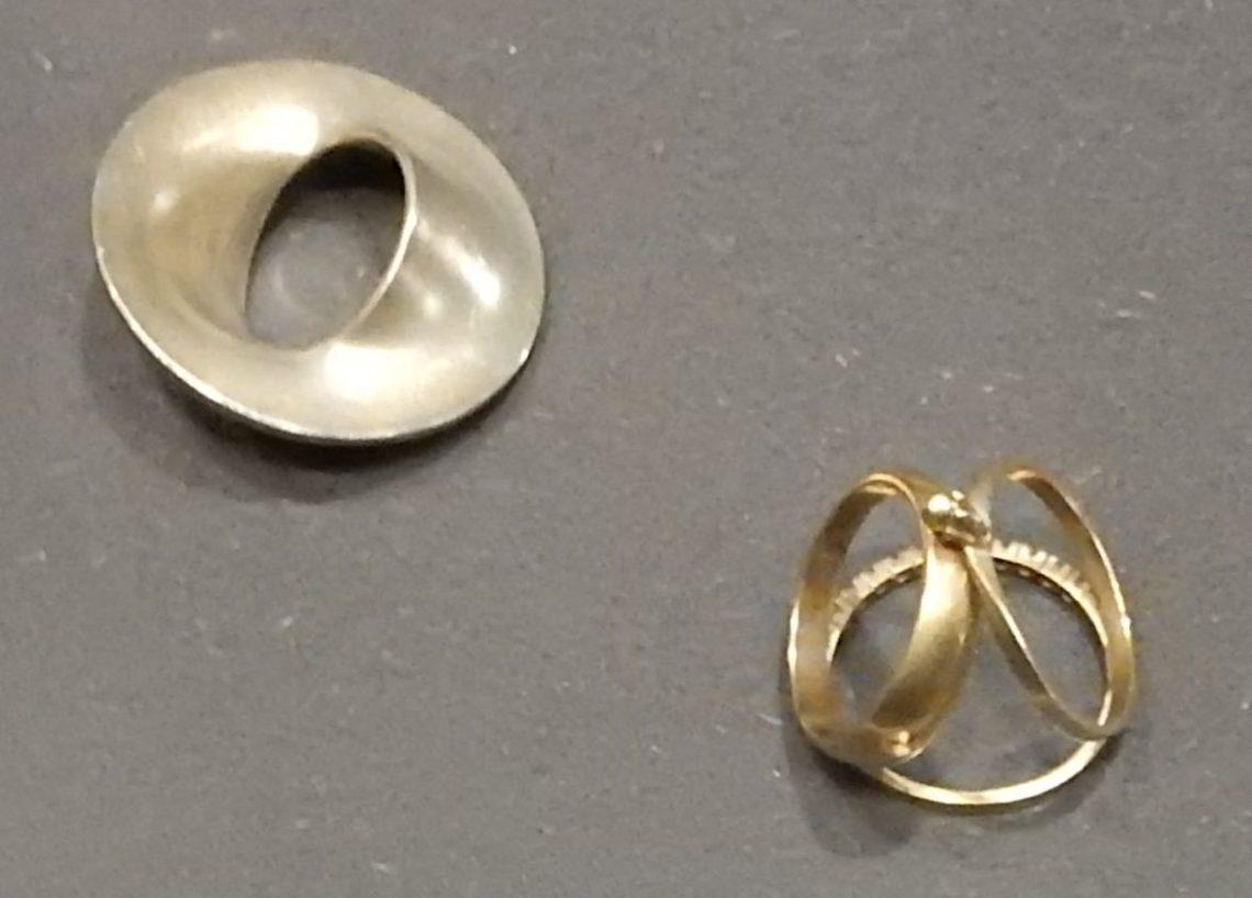 Gijs Bakker, Little Finger Ring, 1989, You can't have it all, 2005, ringen, 1993. Show yourself, Design Museum Den Bosch, 2018, Collectie Yvònne Joris. Collectie DMDB, S2018.029 en S2018.048. Foto Esther Doornbusch, 28 augustus 2018, CC BY 4.0