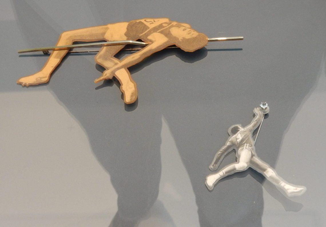 Gijs Bakker, Sportbroches, circa 1991 en 1987. Show Yourself, Design Museum Den Bosch, 2018. Collectie Benno Premsela. Foto Esther Doornbusch, 28 augustus 2018, CC BY 4.0