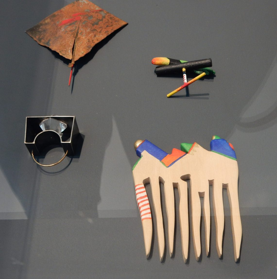 Marion Herbst, broche, 1980, Papegaai nr. 2, ring, 1984, ring, 1991 en kam, 1989. Collectie Benno Premsela. Foto Esther Doornbusch, 28 augustus 2018, CC BY 4.0