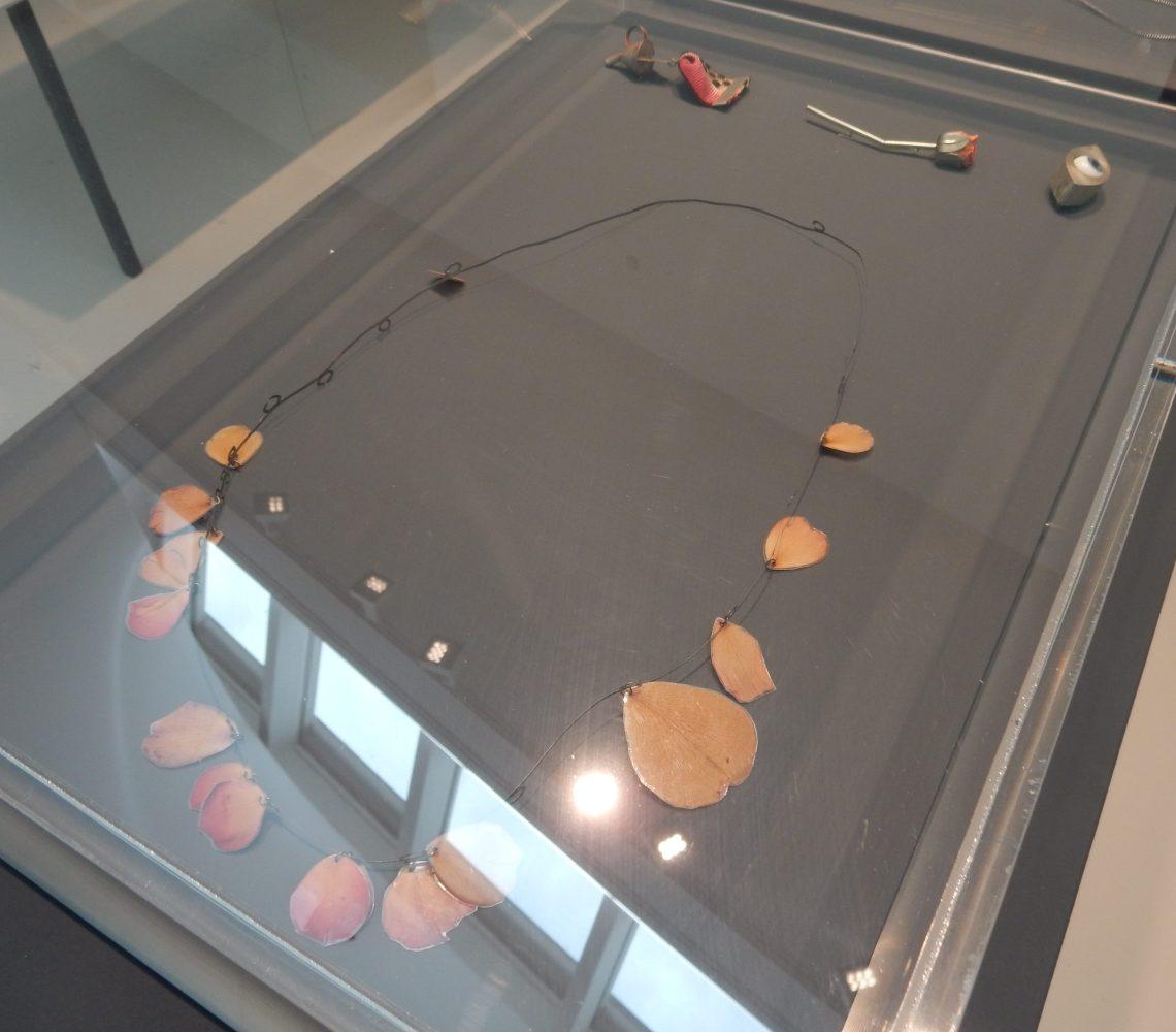 Esther Knobel, halssieraad, 1996, Show Yourself, Design Museum Den Bosch, 2018. Collectie Benno Premsela. Foto Esther Doornbusch, 28 augustus 2018, CC BY 4.0