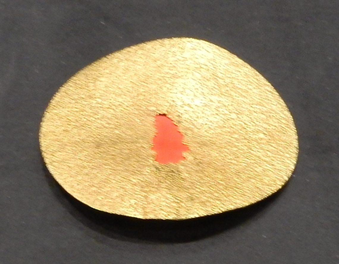Georg Dobler, The Red Hole, broche, 1992. Show yourself, Design Museum Den Bosch, 2018, Collectie Yvònne Joris (2018 Collectie DMDB, S2018.024). Foto Esther Doornbusch, 28 augustus 2018, CC BY 4.0