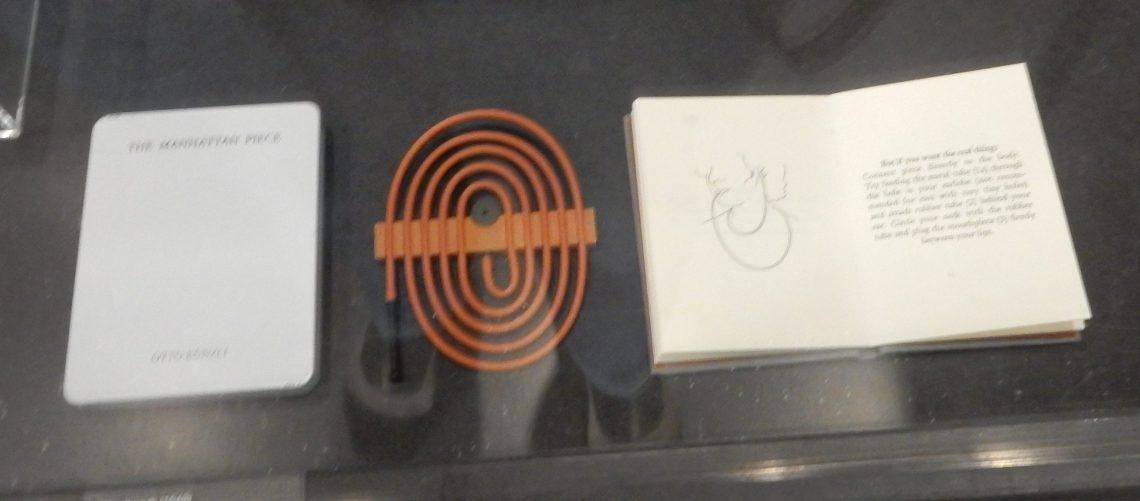 Otto Künzli, Manhattan Piece, 1987. Show yourself, Design Museum Den Bosch, 2018, Collectie Yvònne Joris. Collectie DMDB, S2018.223. Foto Esther Doornbusch, 28 augustus 2018, CC BY 4.0