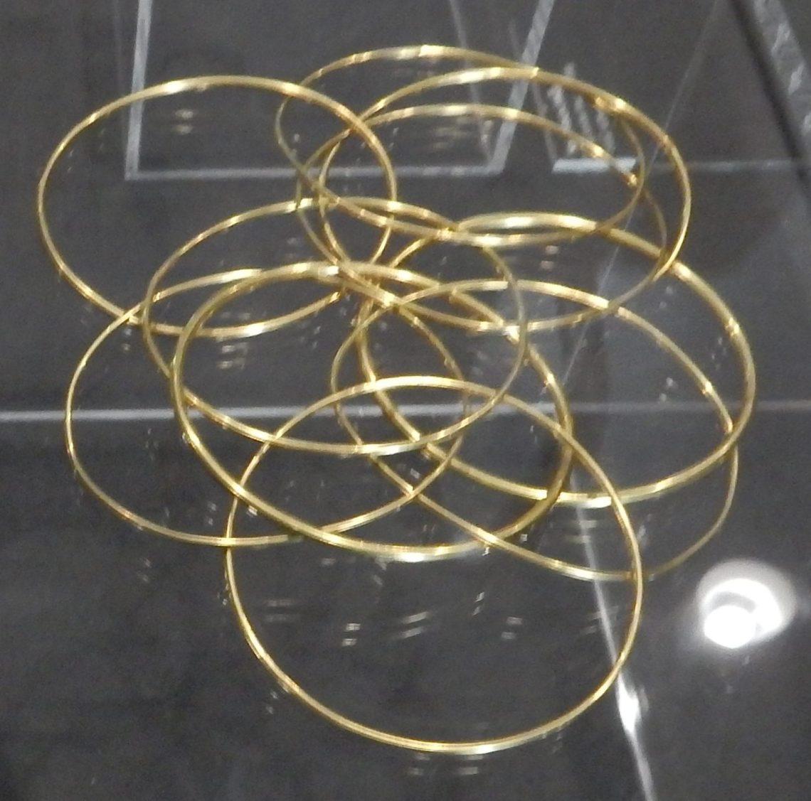 Sofie Lachaert, Circles, armband, 1997. Show yourself, Design Museum Den Bosch, 2018, Collectie Yvònne Joris. Collectie DMDB, S2018.243. Foto Esther Doornbusch, 28 augustus 2018, CC BY 4.0