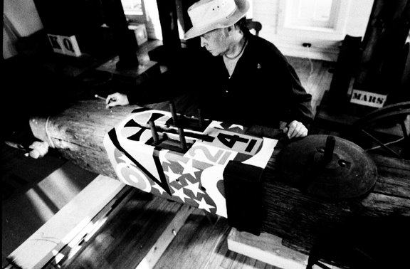 Robert Indiana aan het werk in Maine. Foto met dank aan Charles Rotmil, Wikimedia Commons©