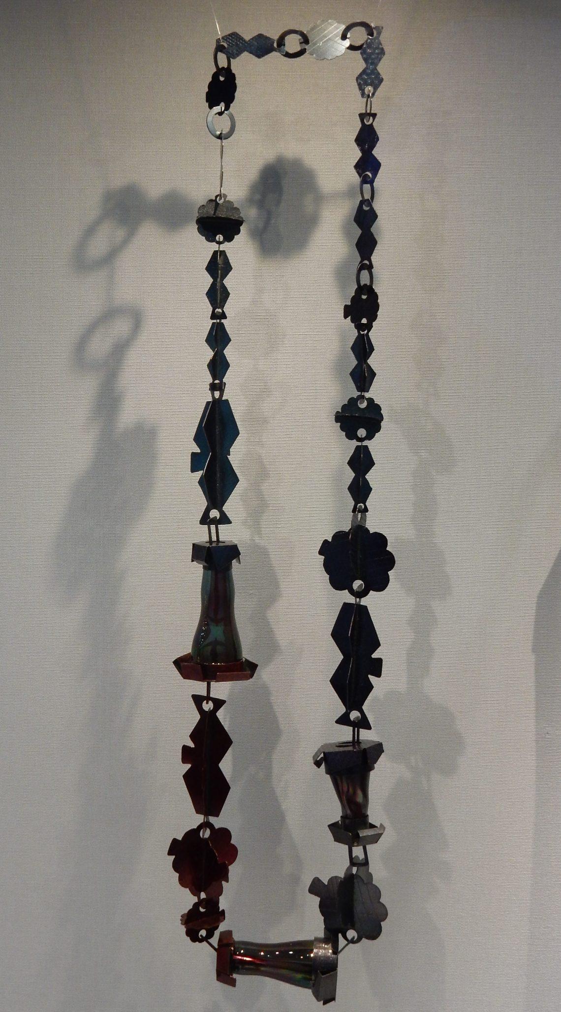 Helen Britton, Redblue, halssieraad, 2009. Schmuckmuseum Pforzheim, september 2018. Foto met dank aan Coert Peter Krabbe©
