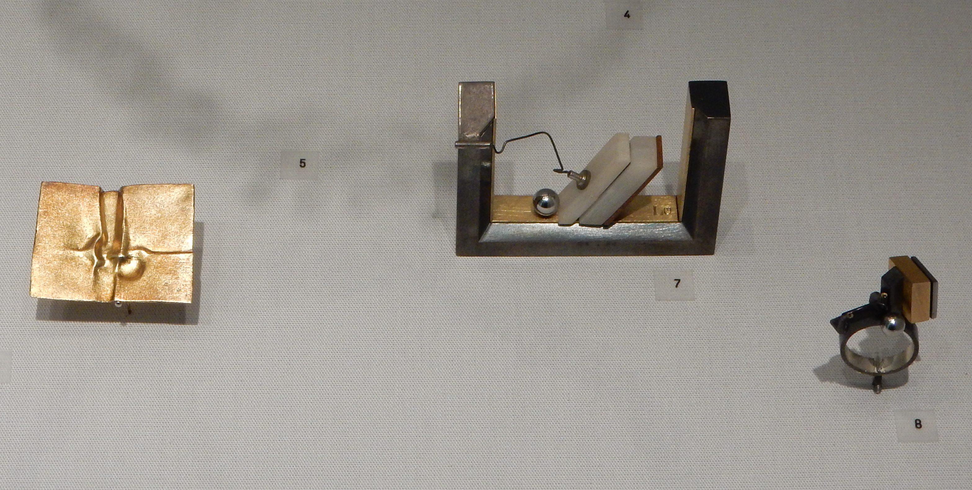 Rüdiger Lorenzen, broche, 1967, broche, 1975, ring, 1975. Schmuckmuseum Pforzheim. Foto met dank aan Coert Peter Krabbe, september 2018, CC BY 4.0