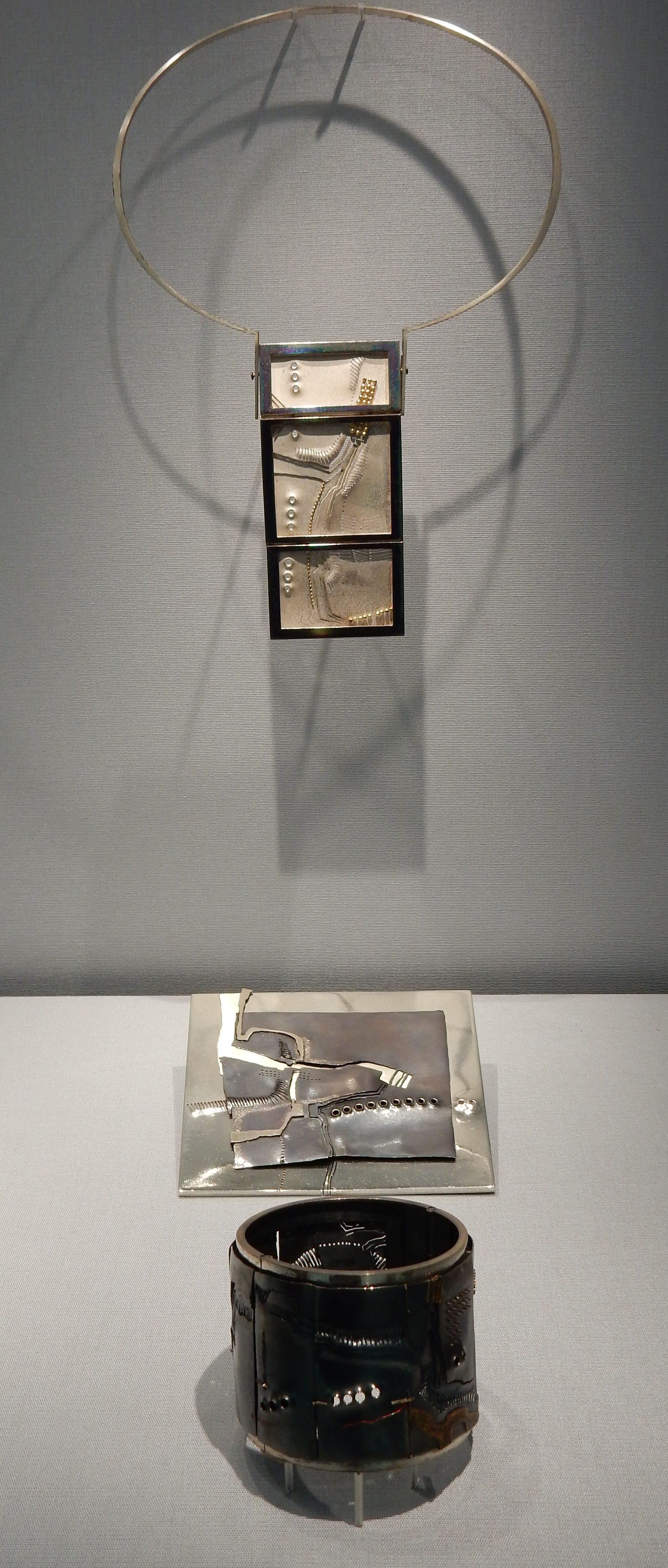 Rüdiger Lorenzen, halssieraad, 1971, miniatuur, 1970, armband, 1969. Schmuckmuseum Pforzheim. Foto met dank aan Coert Peter Krabbe, september 2018, CC BY 4.0