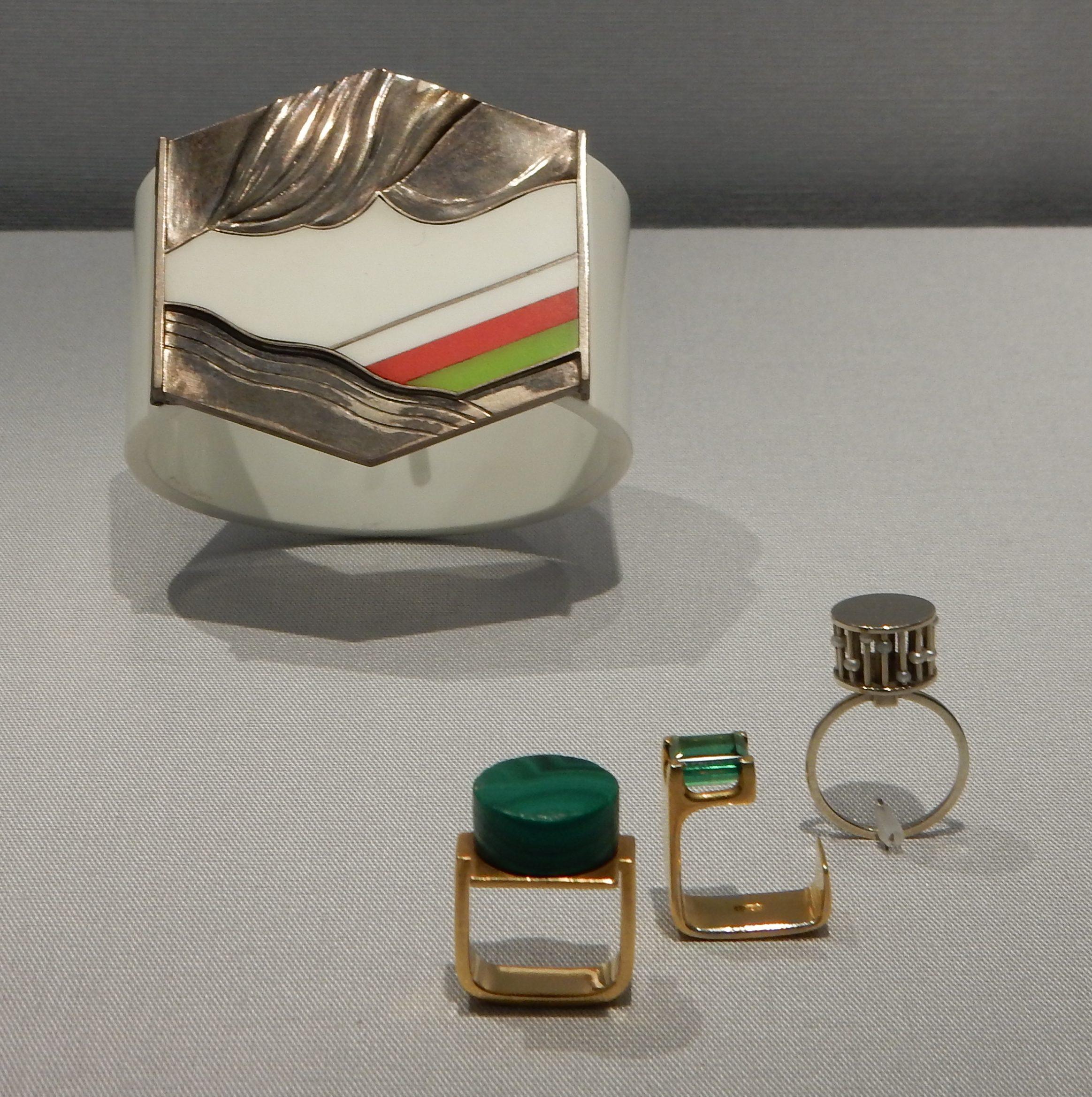 Gerd Rothman, armband, 1969, Monika Backhausen, ringen, circa 1960. Schmuckmuseum Pforzheim. Foto met dank aan Coert Peter Krabbe, september 2018©