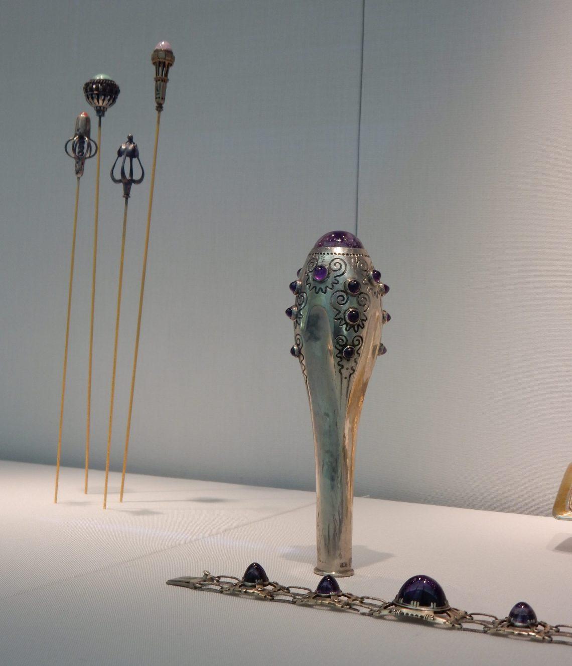 Hoedennaalden, parapluhandgreep, 1910, Max Strobl, armband, 1901. Schmuckmuseum Pforzheim, september 2018. Foto met dank aan Coert Peter Krabbe©
