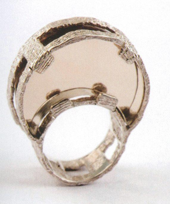 Héctor Lasso, Moon Ring, ring, 2011. Foto met dank aan Héctor Lasso©