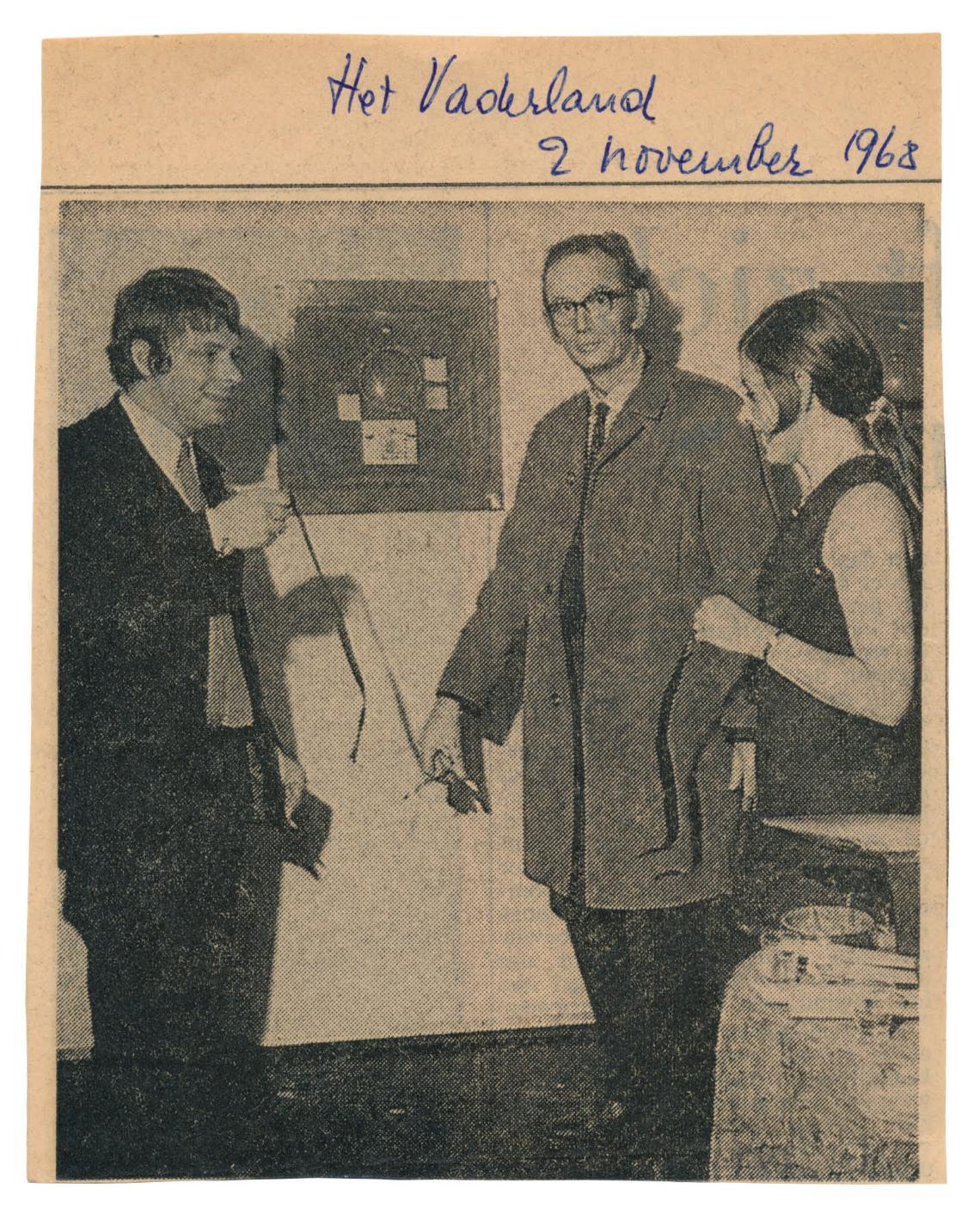 Jan Schoonhoven (midden) opent het atelier van Robert Smit (links) in Delft, recht Louise Smit. Het Vaderland, 2 november 1968. Foto met dank aan Louise Smit©