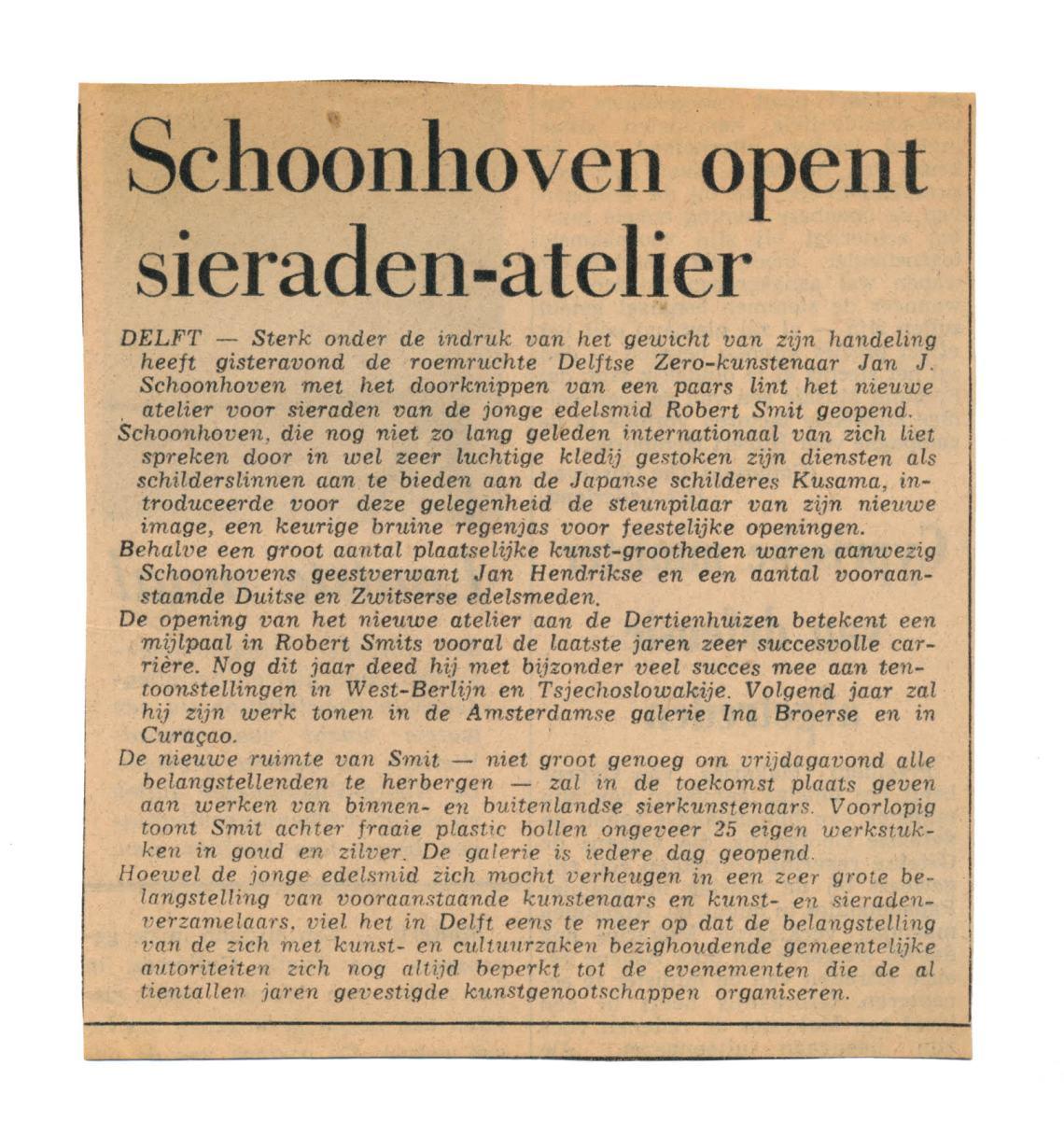 Jan Schoonhoven opent het atelier van Robert Smit in Delft, Het Vaderland, 2 november 1968. Foto met dank aan Louise Smit©