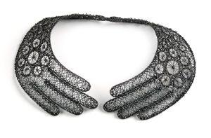 Jacomijn van der Donk, Hands of lace, halssieraad, 2011. Collectie Daalder. Foto met dank aan Art Gallery of South Australia, Grant Hancock©