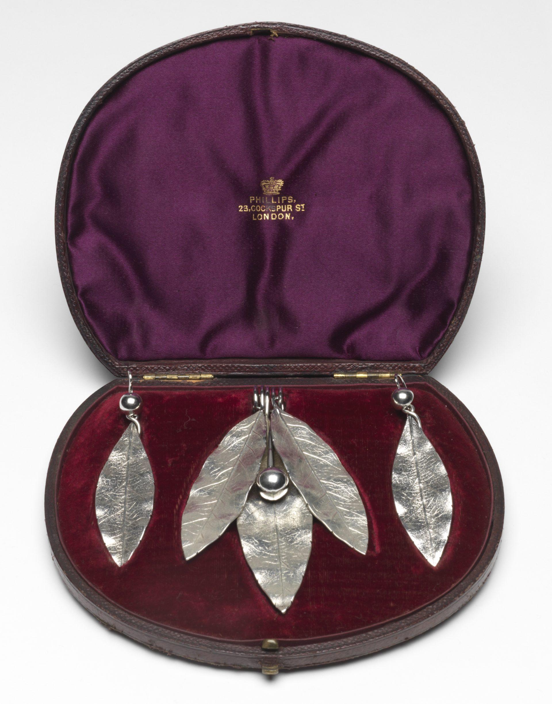 Phillips Brothers, hanger en oorbellen, circa 1855-1869. Foto met dank aan The Fitzwilliam Museum©