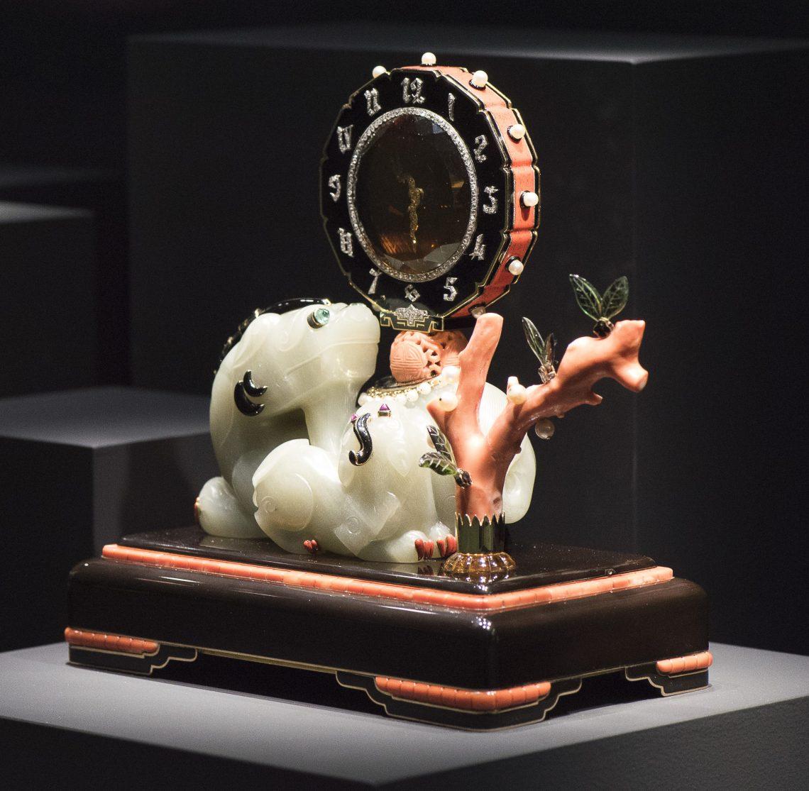 Maurice Couet voor Cartier, uurwerk, 1929. Ost trifft West, Aga Khan Collection, 2018. Foto met dank aan Schmuckmuseum Pforzheim, Petra Jaschke©