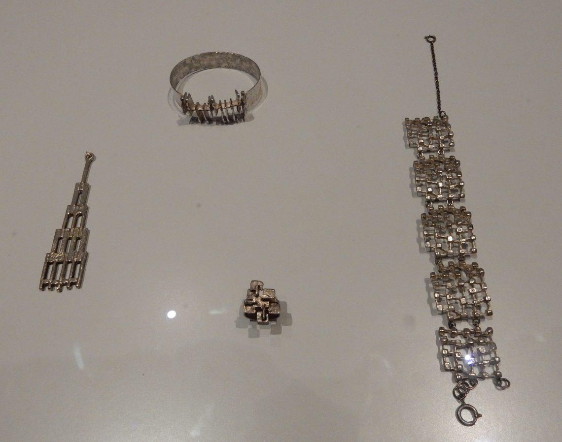 Menno Meijer, hanger, armband, ring en armband circa 1970. Rijksmuseum, BK-2010-2-258, 259, 254, 257, afdeling Tweede helft twintigste eeuw. Foto Esther Doornbusch, november 2018, CC BY 4.0