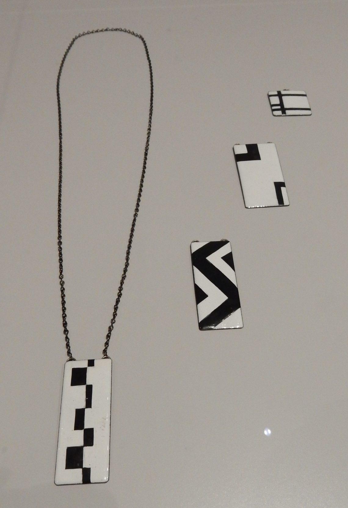 Hans Comis, halssieraad en hangers, circa 1965, BK-2010-2-67, 65, 68, 66. Rijksmuseum, afdeling Tweede helft twintigste eeuw. Foto Esther Doornbusch, november 2018©