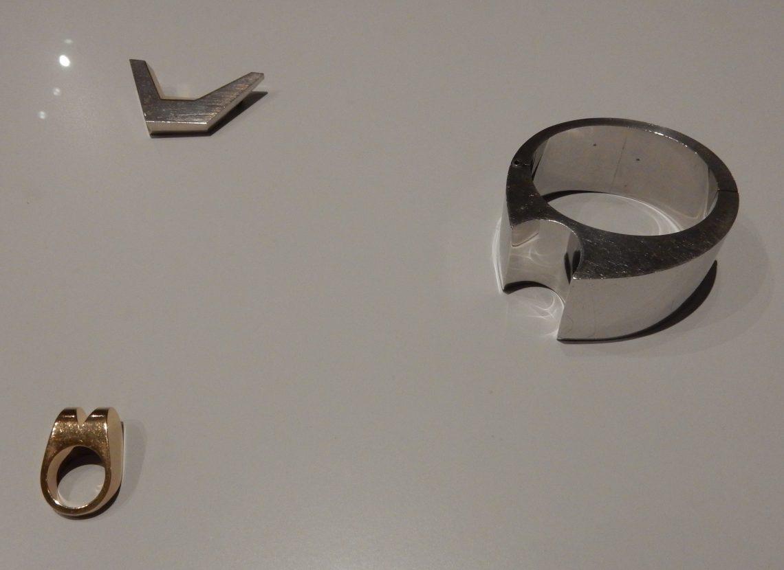 Chris Steenbergen, broche (circa 1970), armband (circa 1970) en ring (circa 1971). Rijksmuseum (BK-2010-2-81, 29, 28), afdeling Tweede helft twintigste eeuw. Foto Esther Doornbusch, november 2018©