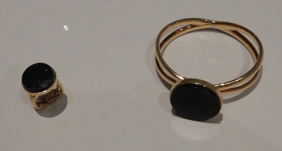 Koninklijke Van Kempen & Begeer N.V., ring en armband, 1965-1970. Rijksmuseum, BK-2018-2-31-1, 2, afdeling Tweede helft twintigste eeuw. Foto Esther Doornbusch, november 2018, CC BY 4.0