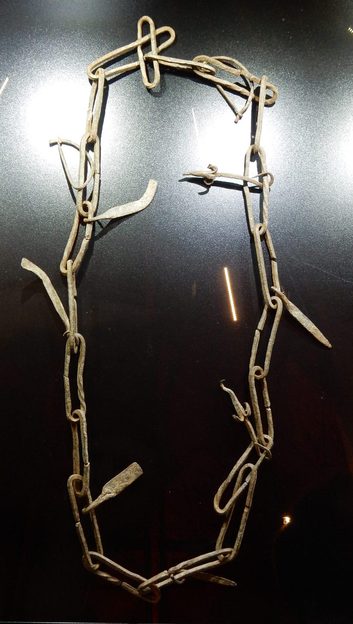 Halssieraad uit Mali. Schakels, SAF 2018, Collectie Threes Moolhuysen-Coenders. Foto Esther Doornbusch, november 2018©