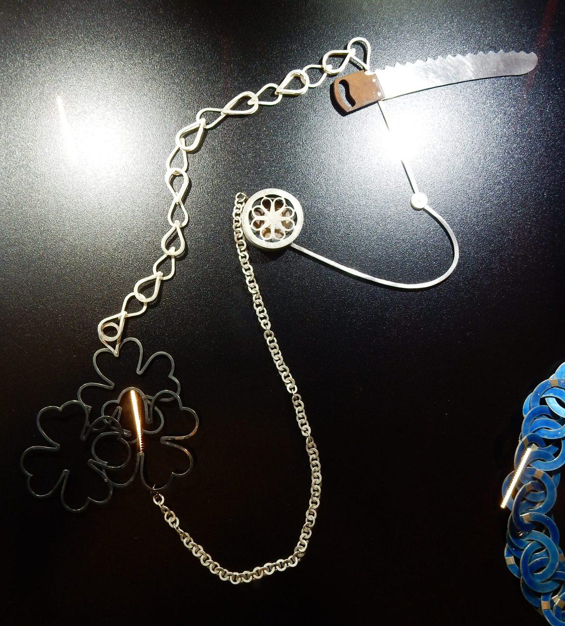 Lucy Sarneel, halssieraad, 1993. Collectie Claartje Keur. Schakels, Composities, SAF 2018. Foto Esther Doornbusch, CC BY 4.0