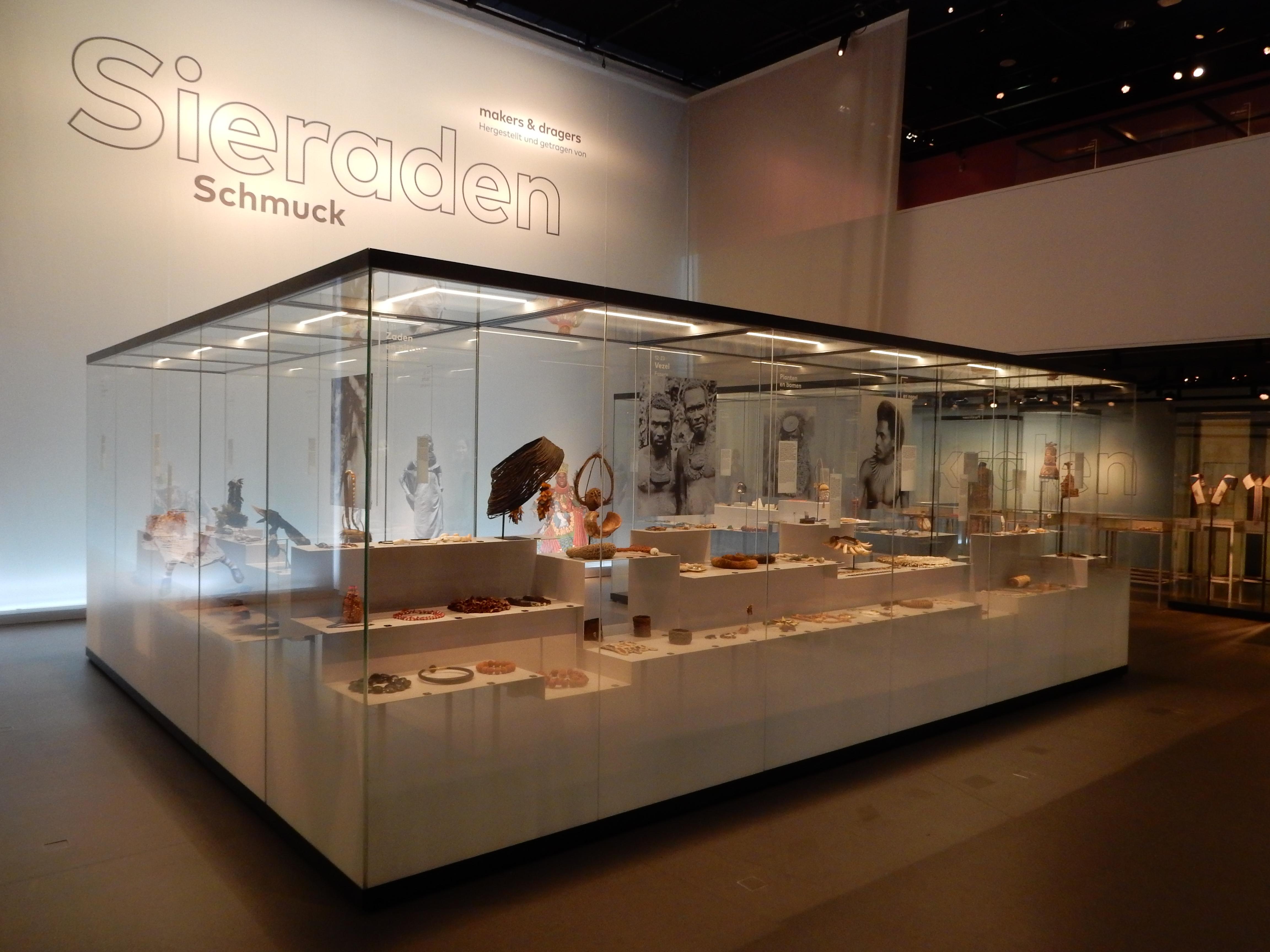 Sieraden, makers en dragers. Afrika Museum, Berg en Dal. Foto met dank aan Coert Peter Krabbe, 2018, CC BY 4.0